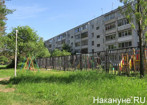 забор посреди детской площадки рядом с домом ул. Амундсена, 135(2019)|Фото: Накануне.RU