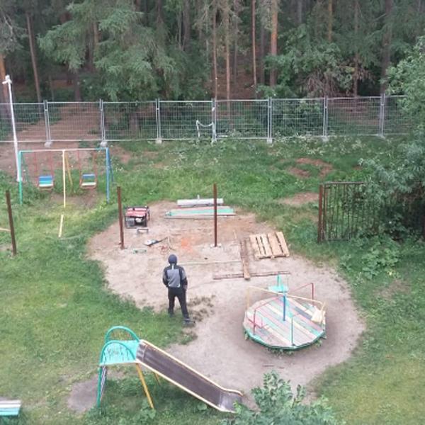 сдвинутый забор рядом с домом ул. Амундсена, 135(2019)|Фото: Александр Ивачёв