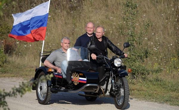 Аксенов, Развожаев, Путин на мотоцикле(2019)|Фото: kremlin.ru