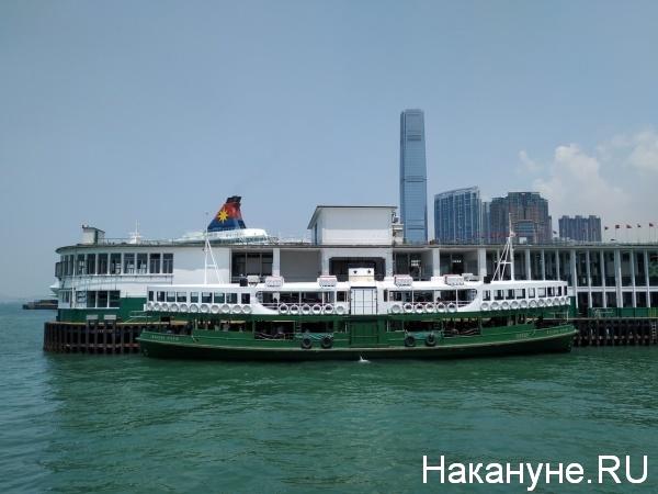 Корабль в бухте Виктория, Гонконг(2019)|Фото: Накануне.Ru