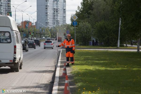дорога, автомобили, рабочий, бордюр(2019) Фото:пресс-служба главы Нижневартовска