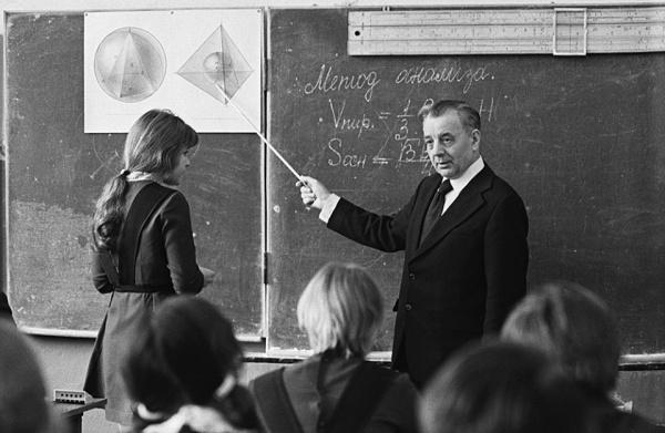 Учитель математики С.Ф. Рубанов во время урока в школе, 1 сентября 1979 года(2019) Фото: Ч. Мезин/ТАСС
