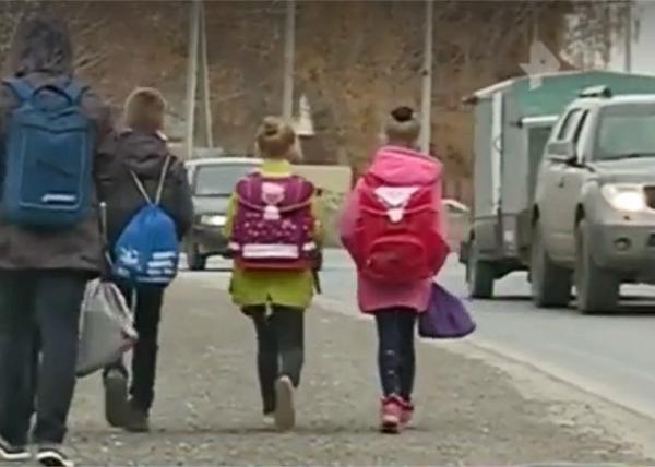 Дети из Екатеринбурга, вынужденные идти в школу пустырями(2019)|Фото: ren.tv