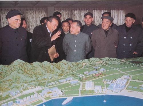 Дэн Сяопин во время поездки осматривает проект особой экономической зоны в Шэньчжэне(2019)|Фото: news.southcn.com