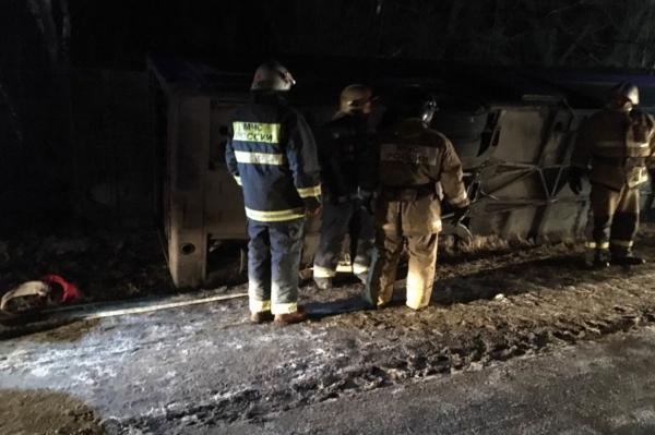 В Калужской области перевернулся экскурсионный автобус: восемь человек пострадали