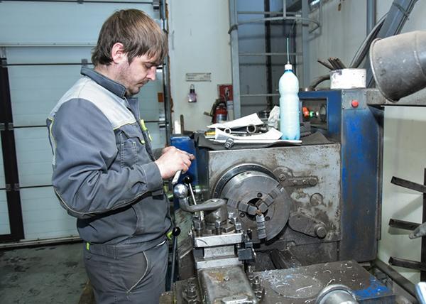 Рабочий на Новосибирском патронном заводе(2020)|Фото: Пресс-служба Совета ТПП РФ