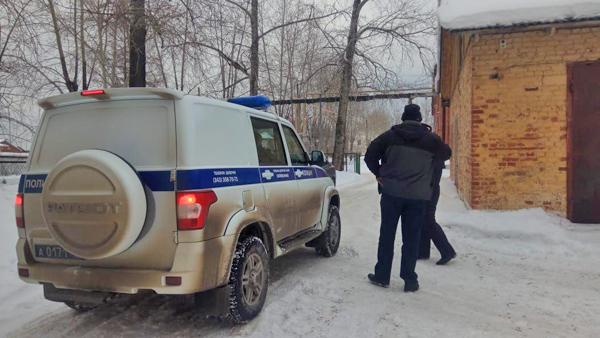 Полиция на сходе жителей по поводу мусорного полигона в поселке Малышева(2020)|Фото: Наталья Крылова