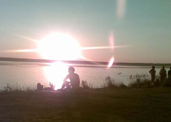 пляж отдых вечер отдыхающий закат озеро пруд река водоем|Фото: Накануне.RU