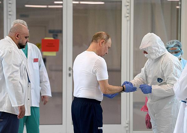 Владимир Путин в ходе осмотра больницы в московском посёлке Коммунарка, предназначенной для пациентов с подозрением на коронавирус(2020)|Фото: kremlin.ru