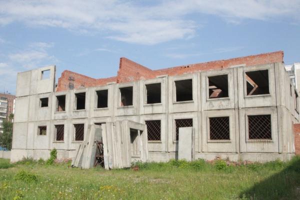 В Челябинске демонтируют опасный пристрой к школе