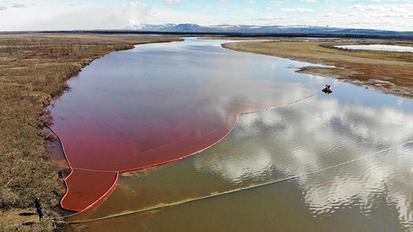 Горючее попало в воду рек Далдыкан и Амбарная (на фото), которая впадает в озеро Пясино(2020)|Фото: AFP/MARINE RESCUE SERVICE OF RUSSIA/GETTY IMAGES