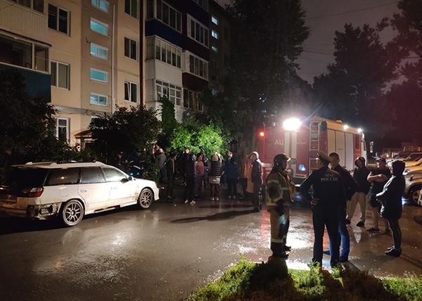 Спасатели после взрыва эвакуировали жильцов подъезда одного из домов по ул. Поповича в Южно-Сахалинске(2020)|Фото: ГУ МЧС России по Сахалинской области