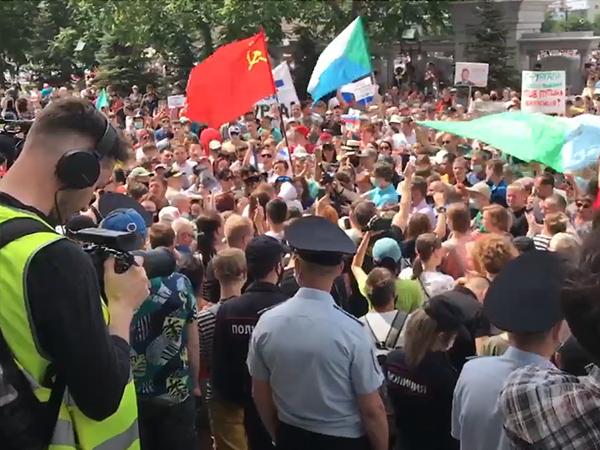 митинг в Хабаровске, 25 июля, советский флаг, серп и молот(2020)|Фото: youtube.com/channel/UCUgC8XLVuSr8wDyUoeb5mwA