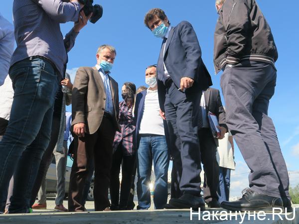 Александр Высокинский проводит осмотр ремонта дороги на пер. Соболева - Тенистая(2020) Фото: Накануне.RU