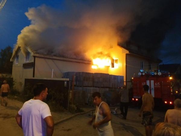 Пожар, двухэтажный дом, Лопарёва 59, Нижневартовск(2020)|Фото: ОФПС-5 Нижневартовск