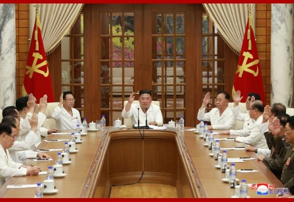 Ким Чен Ын председательствует на заседании Политбюро ЦК ТПК(2020) Фото: kcna.kp
