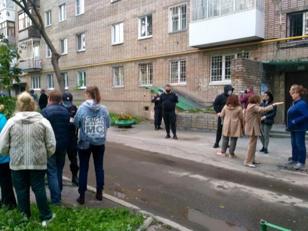 люди в масках и жильцы у дома на Сибирском тракте, 17(2020) Фото: Юлия Некрасова