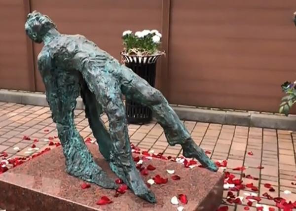 Опрокинутый Есенин: открытие памятника к 125-летию поэта вызвало скандал :  Новости Накануне.RU
