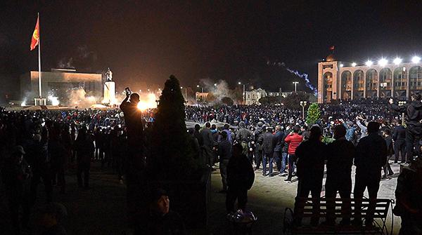 Протесты в Бишкеке, сторонники проигравших на парламентских выборах партий на центральной площади города(2020) Фото: Абылай Саралаев / ТАСС