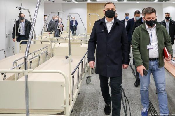 Президент Польши Анджей Дуда посещает временный COVID-госпиталь на стадионе.(2020)|Фото: Jakub Szymczuk / KPRP