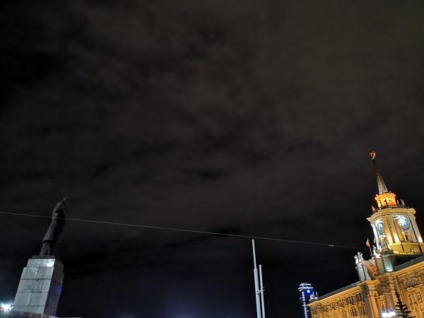 В Екатеринбурге подсветили памятник Ленину(2020)|Фото: Накануне.RU
