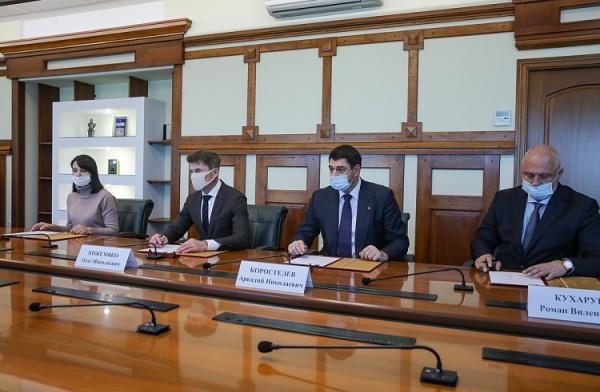 Олег Кожемяко, соглашение с FESCO(2020) Фото: Игорь Новиков, правительство Приморского края