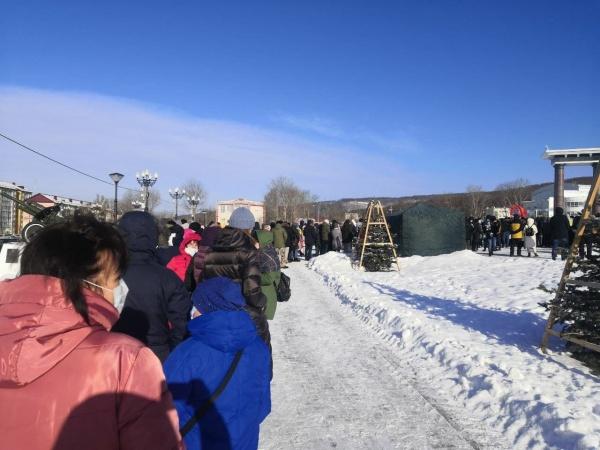 Очередь к подписным листам на митинге о недоверии правительству Сахалинской области(2020) Фото: t.me/sakhco