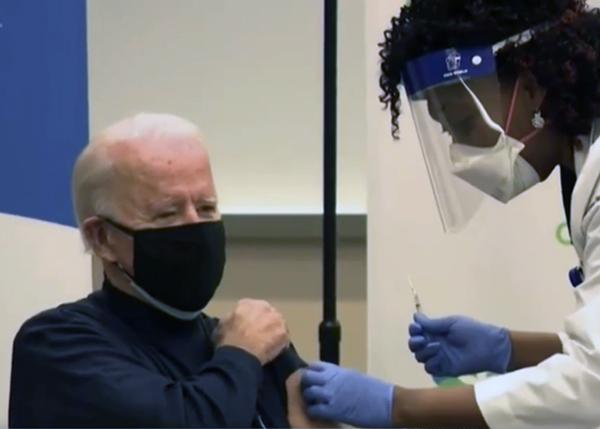 Джо Байден делает прививку от коронавируса. (2020)|Фото: CNN