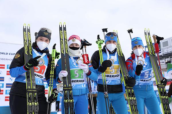 Ульяна Кайшева, Светлана Миронова, Александр Логинов и Эдуард Латыпов после победы в смешанной эстафете на этапе КМ в Оберхофе(2021)|Фото: Nordic Focus