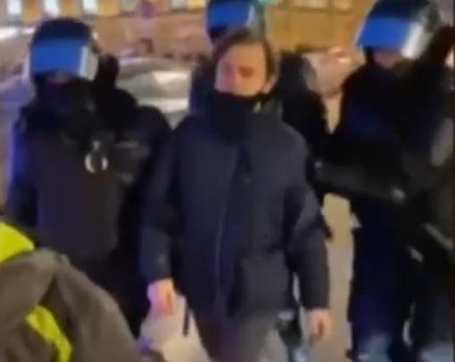 ОМОНовец ударил женщину(2021)|Фото: youtube.com, скриншот видео
