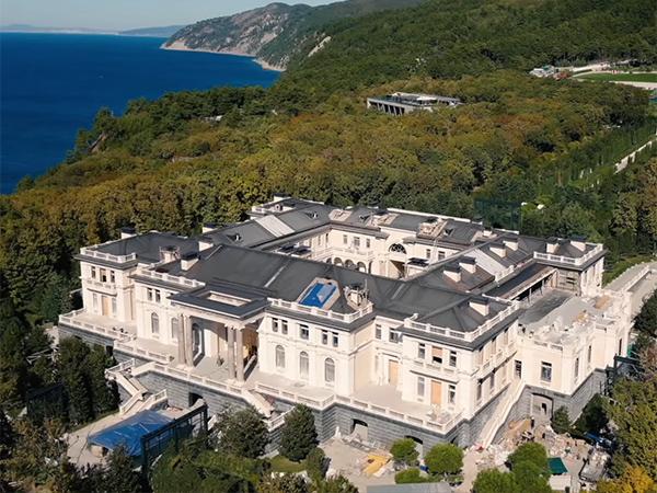 дворец в Геленджике(2021) Фото: youtube.com/c/АлексейНавальный