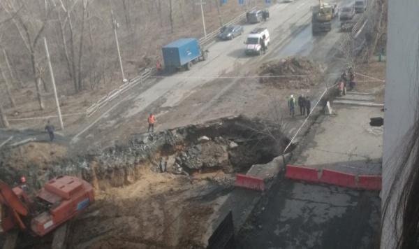 размыв грунта, коллектор, дыра в асфальте, провал, улица Куйбышева(2021)|Фото: vk.com/chel4m3