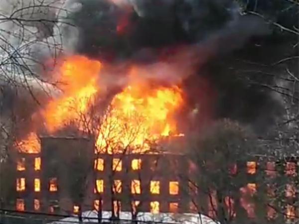 пожар в здании Невской Мануфактуры(2021) Фото: t.me/bazabazon