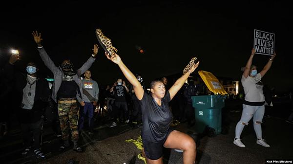 Протест в Миннесоте из-за убийства афроамериканца Данте Райта(2021) Фото: Nick Pfosi/Reuters