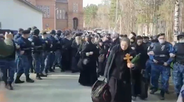 Сторонники бывшего схиигумена Сергия покидают Среднеуральский монастырь в оцеплении силовиков(2021)|Фото: t.me/protectsergii