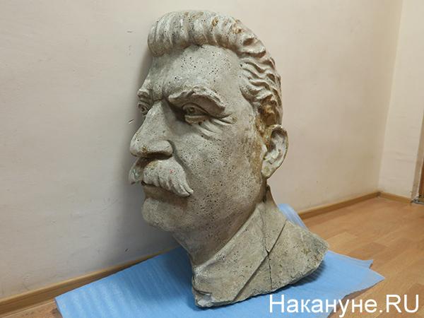 Барельеф Иосифа Сталина, убранный со здания Дома офицеров Центрального военного округа (2021)|Фото: Накануне.RU