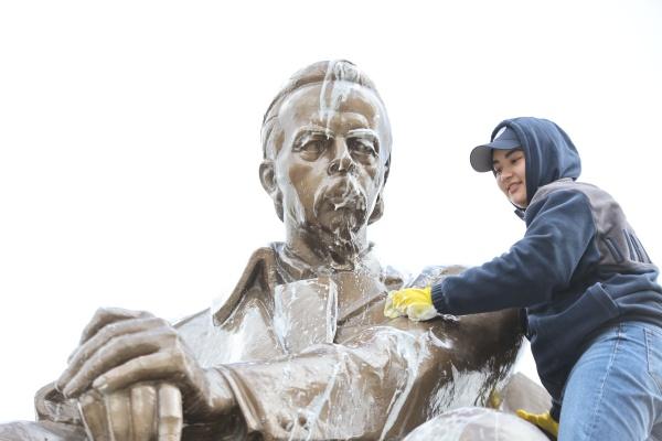 Помывка памятника Александру Попову перед Днем радио 06.05.21.(2021)|Фото: Илья Сафаров / пресс-служба УрФУ