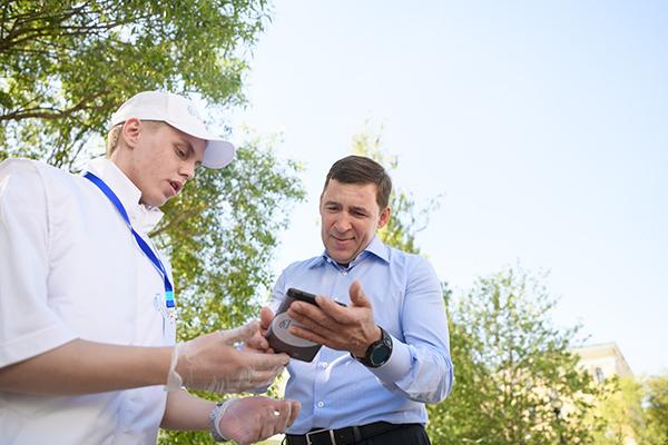 Евгений Куйвашев во время голосования за дизайн-проект благоустройства территории(2021) Фото: Департамент информационной политики Свердловской области