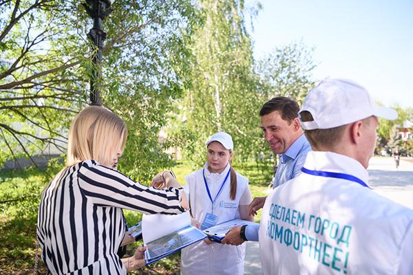 Евгений Куйвашев во время голосования за дизайн-проект благоустройства территории(2021)|Фото: Департамент информационной политики Свердловской области