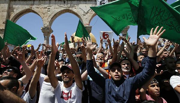 Палестинцы с флагами ХАМАС во время молитвы на Храмовой горе в Иерусалиме(2021)|Фото: Jamal Awad / Flash90