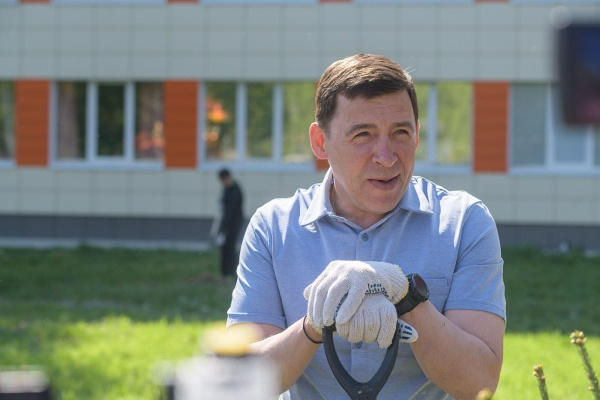 Евгений Куйвашев участвует в субботнике на территории ДГКБ №9(2021) Фото: Департамент информационной политики Свердловской области