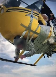 Примотанный к вертолету Robinson YouTube-блогер Михаил Литвин.(2021)|Фото: пресс-служба ММСУТ СКР