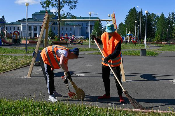 Школьники убирают территорию рядом с Дворцом культуры имени И.В. Окунева в Нижнем Тагиле(2021)|Фото: uralvagonzavod.ru