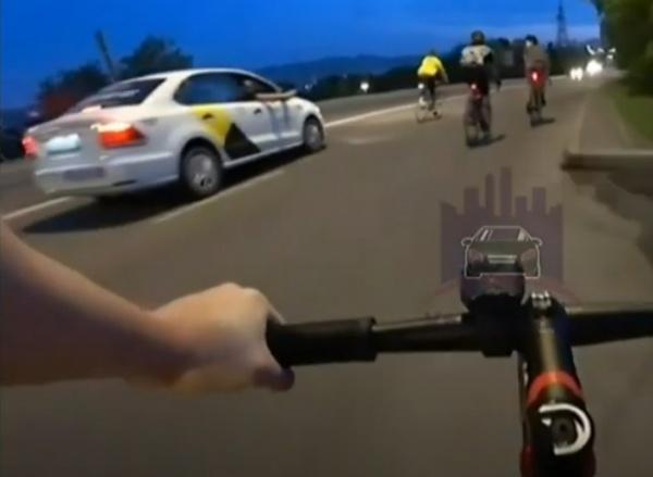 Пассажир такси стреляет по велосипедистам в Красноярске.(2021)|Фото: Вести Красноярск