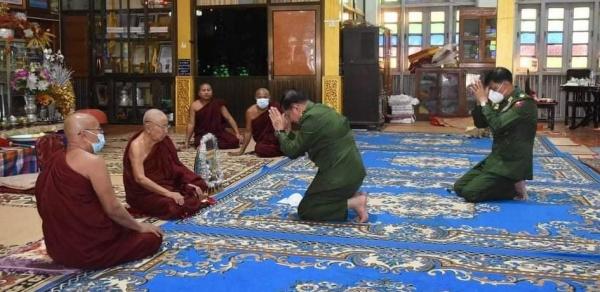 Лидер военной хунт Мьянмы мин Аунг Хлайн на буддийском молебне после переворота(2021) Фото: irrawaddy.com