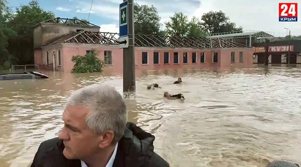 Сергей Аксенов на лодке в затопленной Керчи(2021)|Фото: Крым24