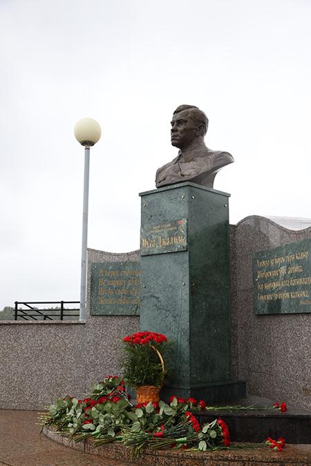 Возложение цветов к памятнику Мусе Джалилю в Нижневартовске(2021) Фото: n-vartovsk.ru