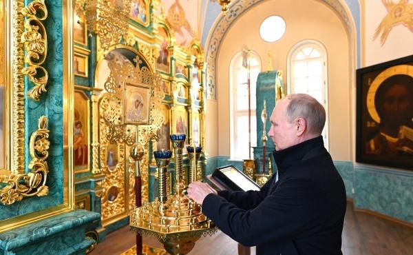 Владимир Путин во время посещения храма.(2021)|Фото: пресс-служба Кремля / kremlin.ru