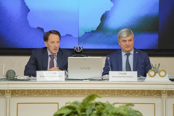 Алексей Гордеев, Александр Гусев, совещание(2021) Фото: govvrn.ru