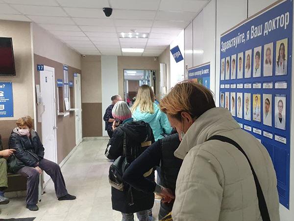 Очередь в регистратуру поликлиники №3 в Екатеринбурге(2021)|Фото: источник Накануне.RU